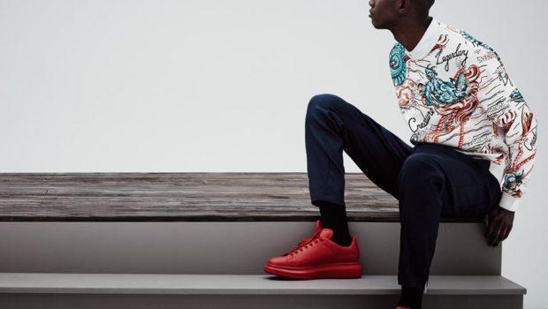 темные джинсы под красные кроссовки и яркий цветной свитер