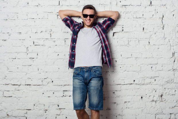джинсовые шорты под рубашку в клетку и футболку